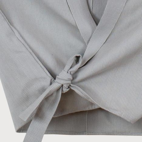 Detalle de camisa perla gris