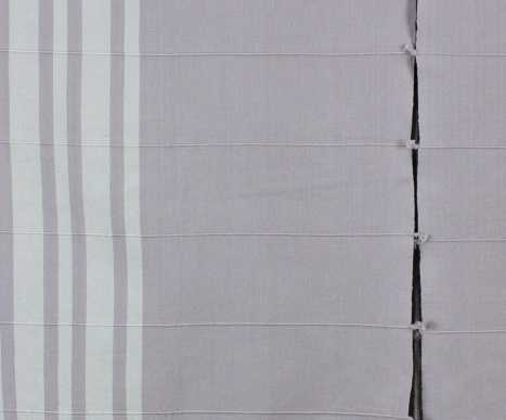 Detalle de poncho gris claro